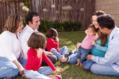Familias compartiendo en el jardín