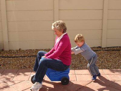 abuela jungando con nieto